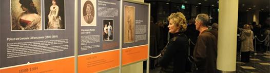 fotografia z otwarcia wystawy w Operze Nova w Bydgoszczy