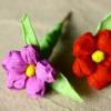 fotografia dwóch papierowych kwiatów zrobionych na warsztatach