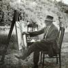 fotografia przedstawiająca wyczółkowskiego w plenerze siedzącego przed sztalugą i malującego